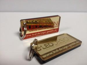 Schlüsselanhänger aus Hochglanz verspiegeltem Acryl mit farbig hinterlegter Gravur